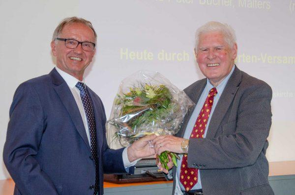 Pensionskassen-Verwalter Kurt Schaller (links) dankt dem scheidenen Präsidenten der Verwaltungskommission, Kurt H. Burkhalter. | © 2018 Gregor Gander