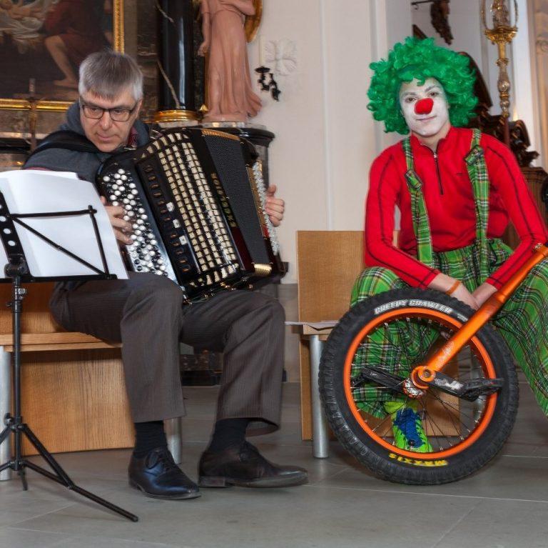 Jospeph Bachmann, Musiker am Akkordeon; Liroy Haas mit Einrad