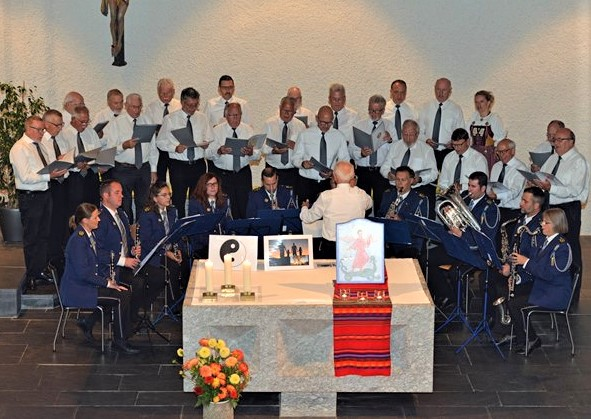 Der Männerchor und das Spiel der Luzerner Polizei mit berührenden musikalischen Beiträgen