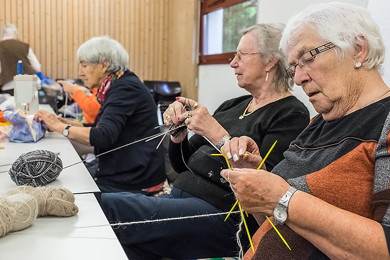 Sie liessen sich selbst bei der Preisübergabe nicht vom Stricken abhalten: Die Lismi-Frauen der Pfarrei St. Karl. | © 2015 Roberto Conciatori