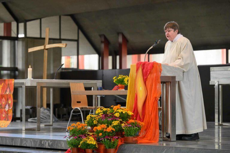 Ulrike Zimmermann, Seelsorgerin der Pfarrei Bruder Klaus in Emmenbrücke, im Pfingstgottesdienst, in dessen Rahmen der Preis übergeben wurde. | © 2021 Roberto Conciatori