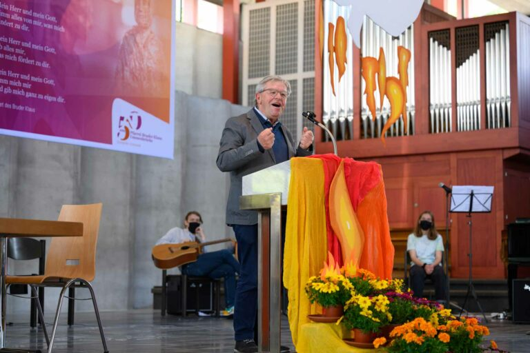 Kirchgemeindepräsident Hermann Fries gratuliert. | © 2021 Roberto Conciatori