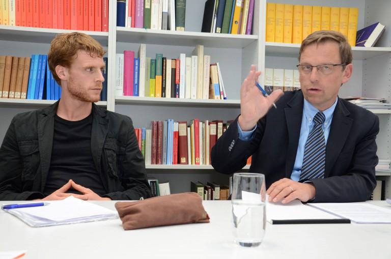 Valentin Beck (links) und Markus Ries sind Projektleiter der Kirchenstudie «Hinter Mauern». |  © 2013 Dominik Thali