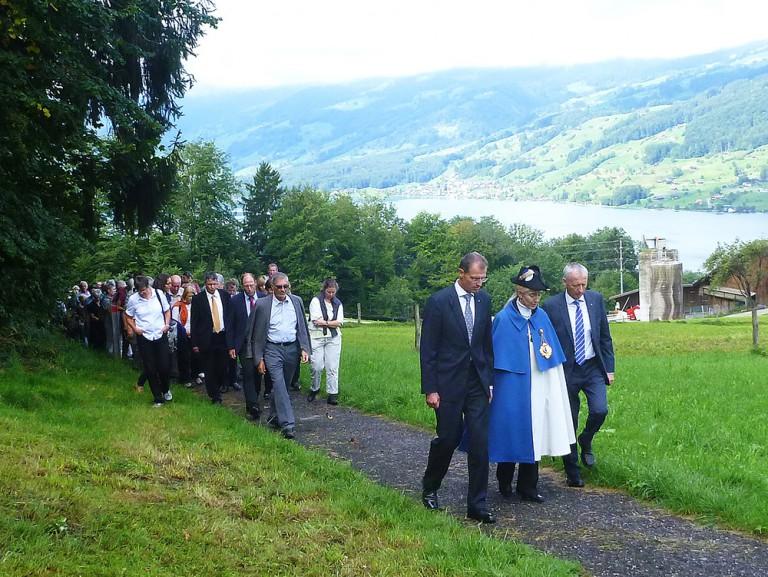 Auf dem Weg von Sachseln nach Flüeli; der Zug wird angeführt von der Delegation der Luzerner Regierung mit der Standesweibelin. | © 2015 Thomas Trüeb