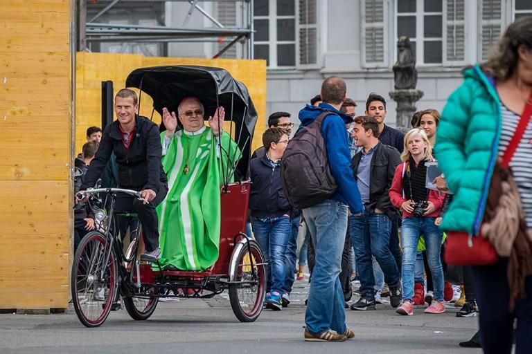 Eine Runde Rikschafahren für den Weihbischof: Denis Theurillat genoss seinen Auftritt. | © 2015 Roberto Conciatori