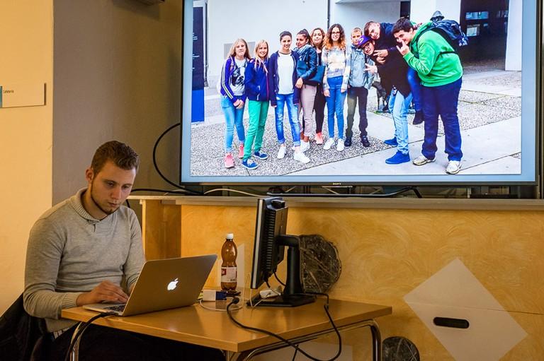 Edson Fernandes vom Projektteam verarbeitet die laufend geschickten WhatsApp-Bilder und projiziert diese auf einen grossen Bildschirm. | © 2015 Roberto Conciatori