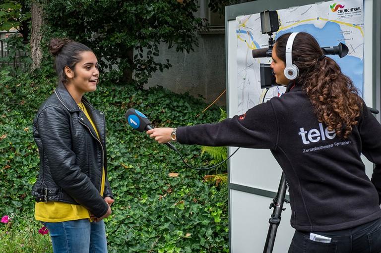 Sarah Betschart aus Zug gibt Tele 1 Auskunft. | © 2015 Roberto Conciatori