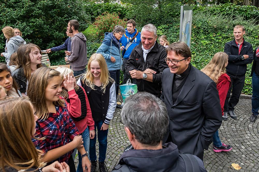 Am Bistumsjugendtreffen vom 27. September2015 in Luzern. Bischof Felix Gmür und Bischofsvikar Ruedi Heim im Gespräch mit Jugendlichen. | © 2015 Roberto Conciatori