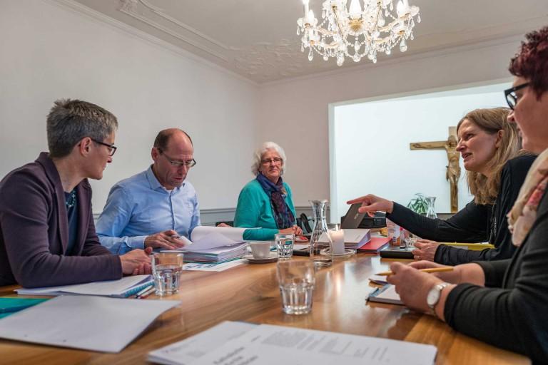 Die regelmässigen Geschäftsuntersuche der Synodalverwaltung (hier in Willisau im Oktober 2015) sind immer auch eine Gelegenheit, offene Fragen der Kirchenräte zu beantworten und Entwicklungen zu besprechen. | © 2015 Roberto Conciatori