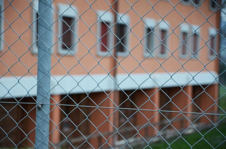 Hinter Gittern: Blick auf  die Strafanstalt Wauwilermoos. | © 2012 Dominik Thali