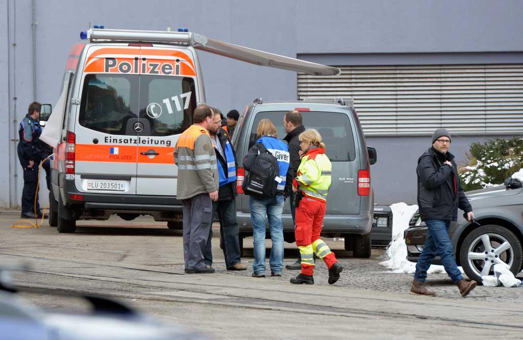 Notfallseelsorgende im Einsatz beim Amoklauf von Menznau vom 27. Februar 2013. © Keystone/Urs Flüeler