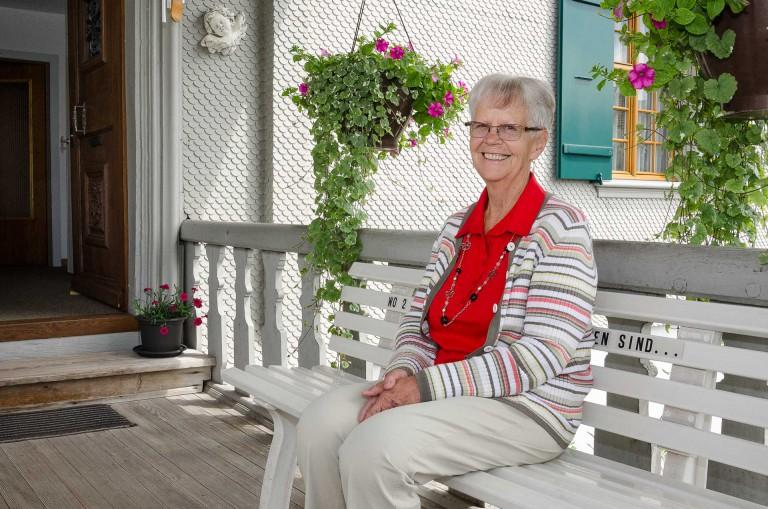 «Pfarrhausfrau ist kein Job, sondern eine Aufgabe»: Theres Wildisen auf der Bank vor dem Eingang zum Pfarrhaus Buttisholz. Sie blickt auf 50 Jahre Berufserfahrung zurück. © 2015 Dominik Thali