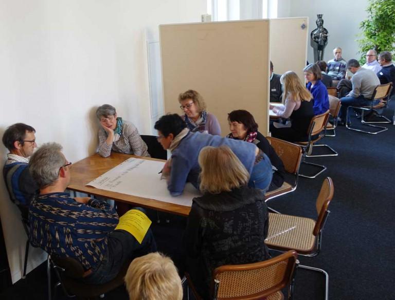 Teilnehmerinnen und Teilnehmer der Herbsttagung bei einer Gruppenarbeit. | © 2015 Karl Mattmüller