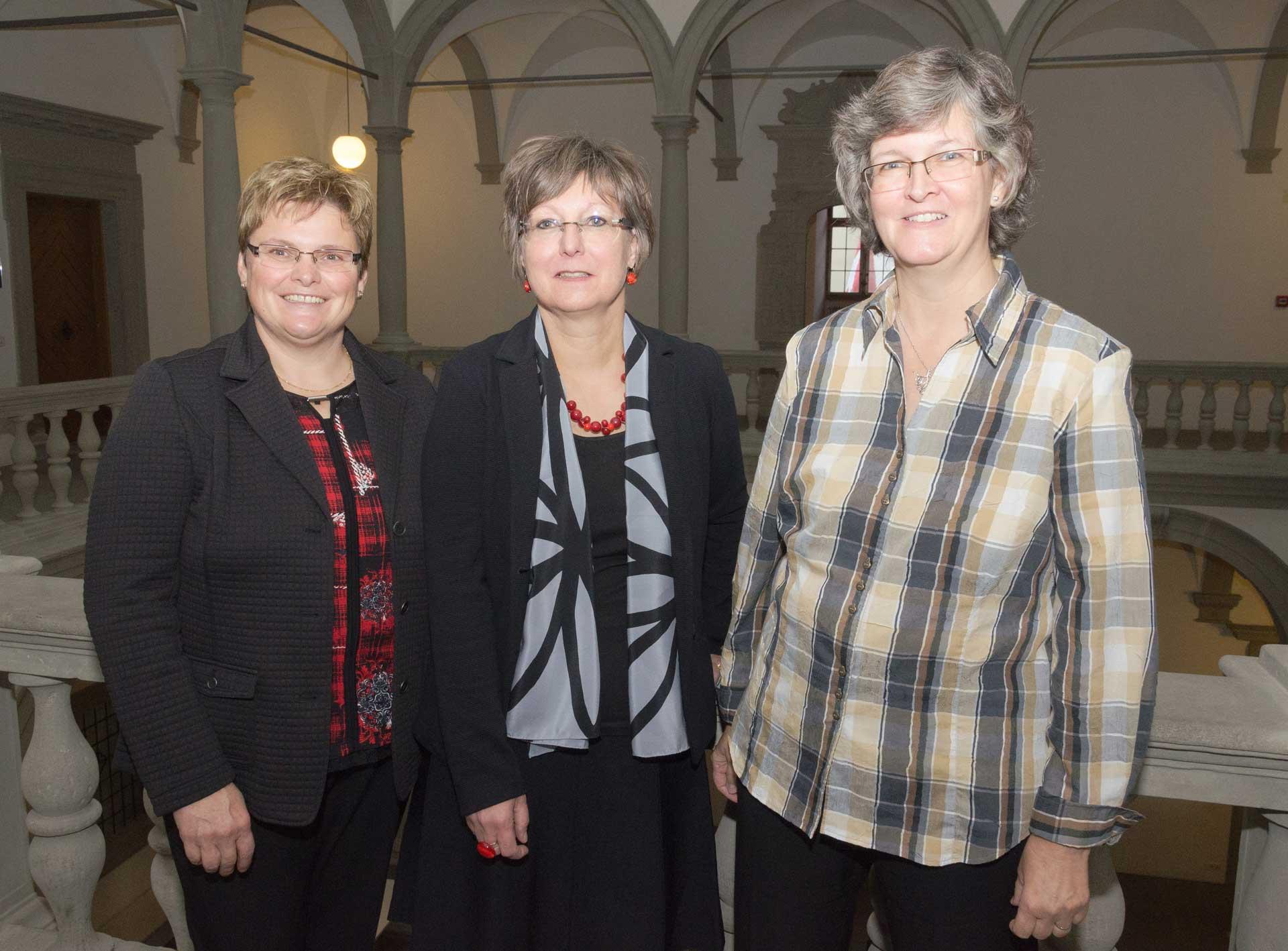 Die neue Synodalratspräsidentin Renata Asal-Steger (Mitte) mit der neuen Vizepräsident Annegreth Bienz-Geisseler (link) und der neuen Synode-Vizepräsidentin Ursula Hüsler. | © 2015 Dominik Thali