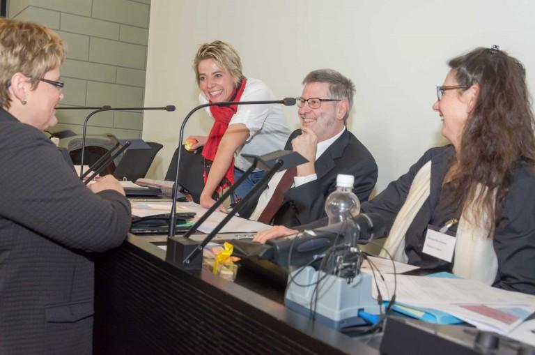 Der neue Synodepräsident Hans-Christoph Heim im Pausengespräch mit der neuen Synodalrats-Vizepräsidentin Annegreth Bienz (ihm gegenüber) und den Stimmenzählerin Marlene Emmenegger (links) und Bernadette Bircher (rechts). | © 2015 Dominik Thali