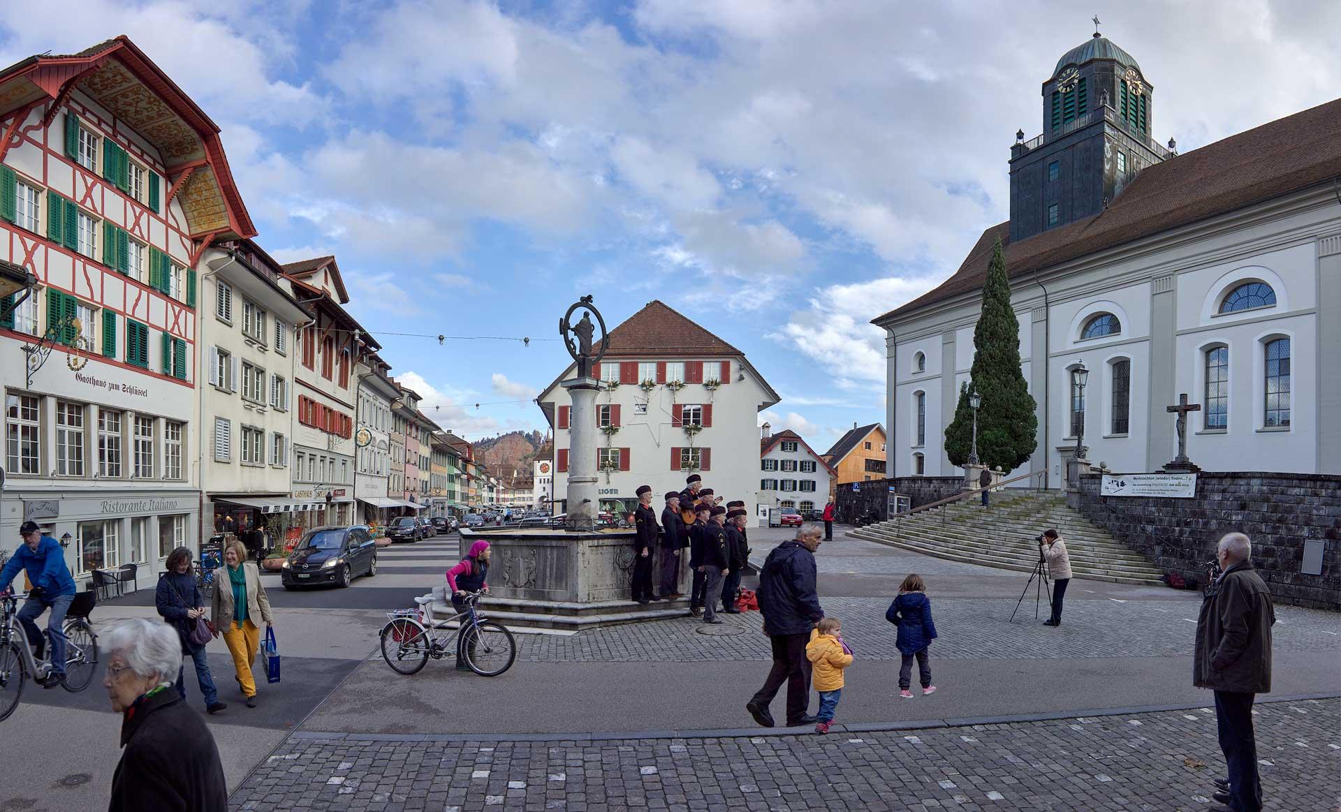 Die Kirche mitten im Städtli Willisau: Sinnbild für das Miteinander von Verwaltung und Seelsorge in der katholischen Kirche in der Schweiz. | © 2014 Roberto Conciatori