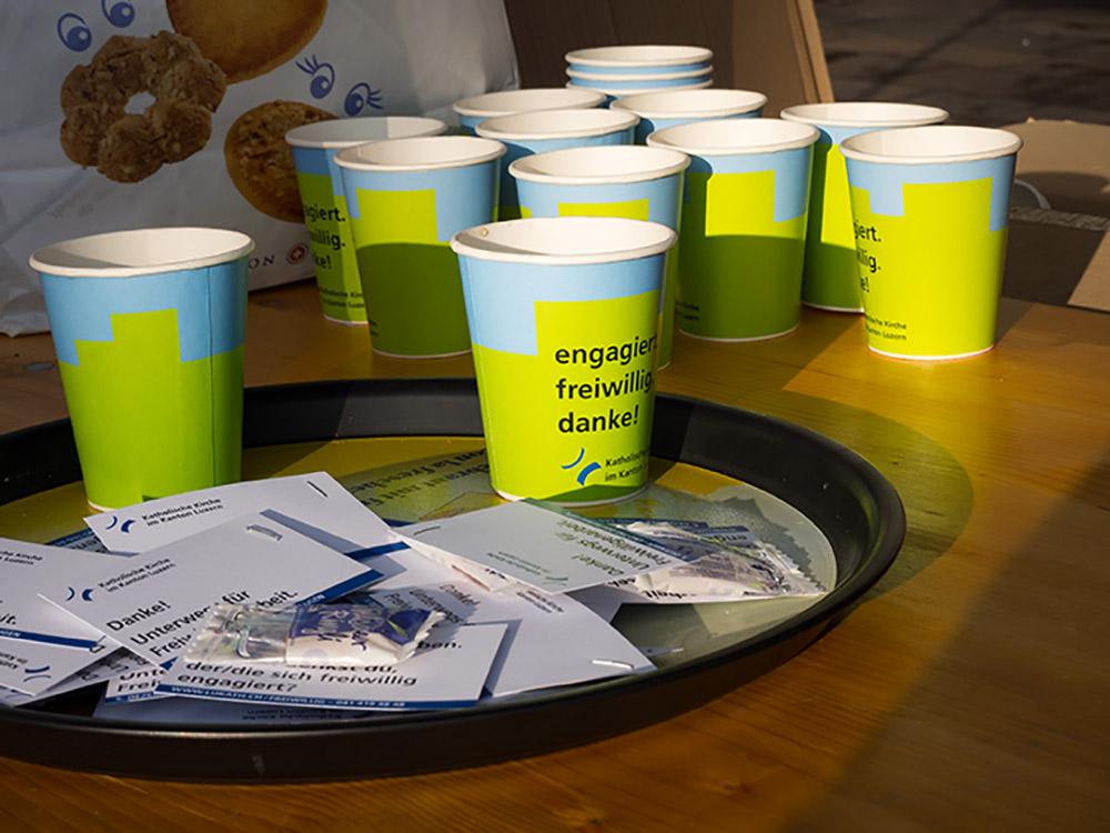 Punsch, ein Willisauer Ringli und eine kleine Botschaft: das gibts am Freiwilligenanlass für die Passantinnen und Passanten. | © 2015 Gregor Gander