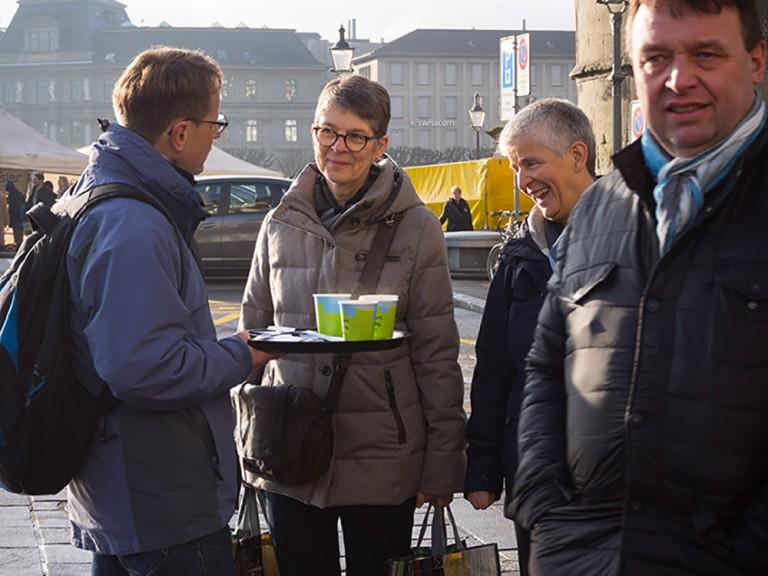 Thomas Villiger im Gespräch mit Passantinnen. | © 2015 Gregor Gander