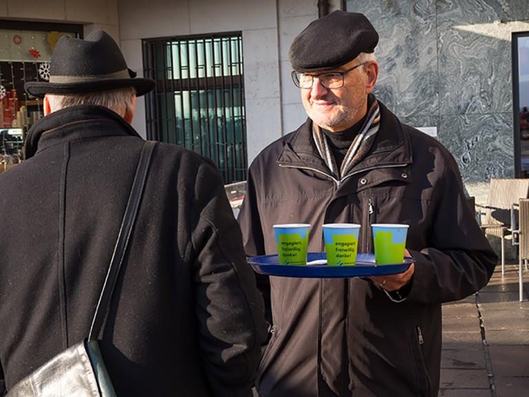 Joseph Durrer vom Seelsorgerat im Gespräch mit einem Passanten. | © 2015 Gregor Gander