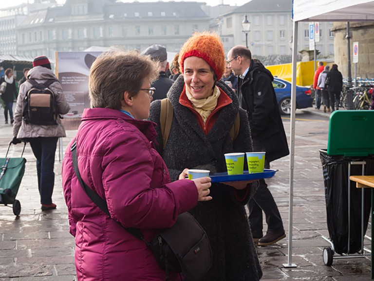 Annemarie Thali im  Gespräch mit einer Passantin. | © 2015 Gregor Gander