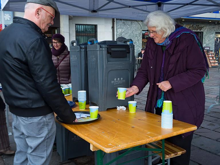 Romana Odoni füllt die Becher mit Punsch, die auf dem Platz angeboten werden. | © 2015 Gregor Gander