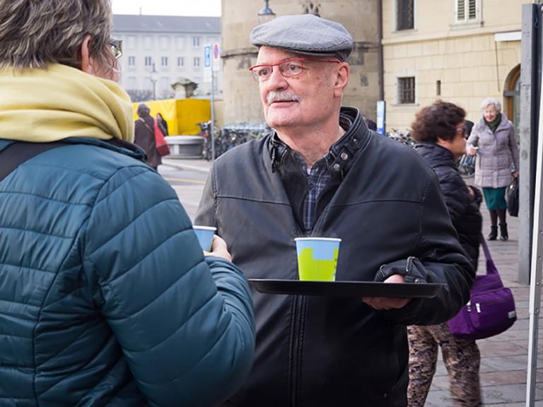 Guido Marfurt vom Seelsorgerat im Gespräch mit einem Passanten. | © 2015 Gregor Gander