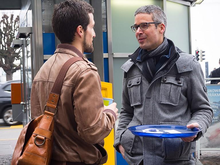 Matthias Bättig im Gespräch mit einem Passanten. | © 2015 Gregor Gander