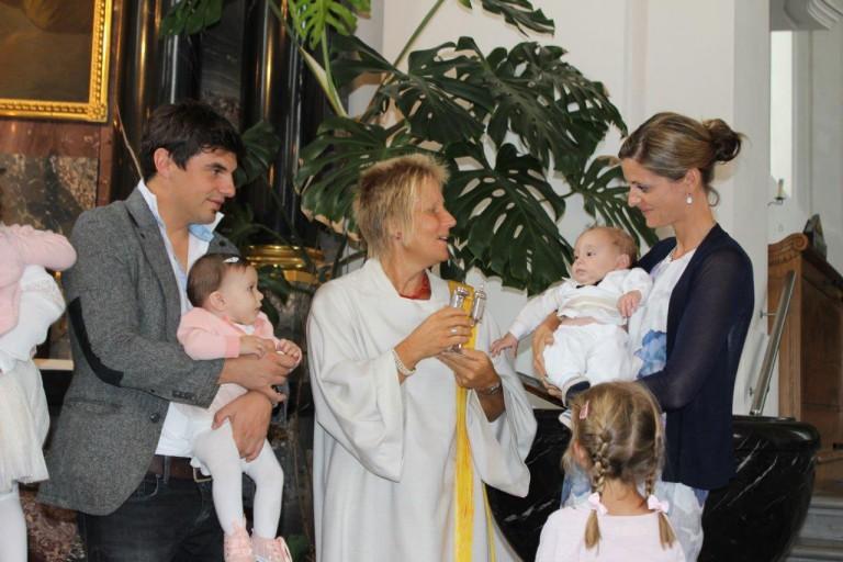 Frauen übernehmen wichtige Aufgaben in der Kirche wie zum Beispiel bei der Taufe. | Bild: zvg