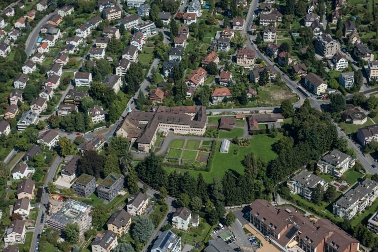 Eine Oase – mitten in Luzern: Das Kloster «Wesemlin» aus der Luft. | © 2011 P. Bruno Fäh