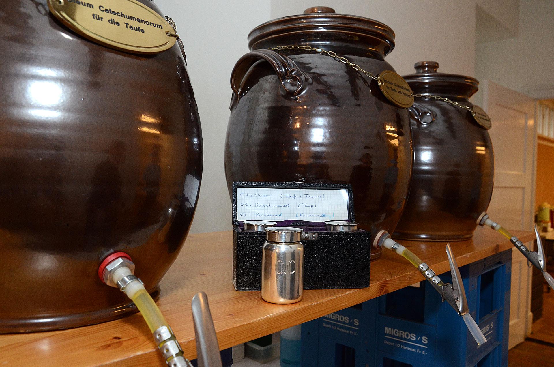 Die heiligen Öle in den drei grossen tönernen Amphoren, aus denen sie abgefüllt werden. Viele Pfarreien haben dafür kleine silberne Gefässe in samtbeschlagenen Behältnissen. | © 2016 Dominik Thali