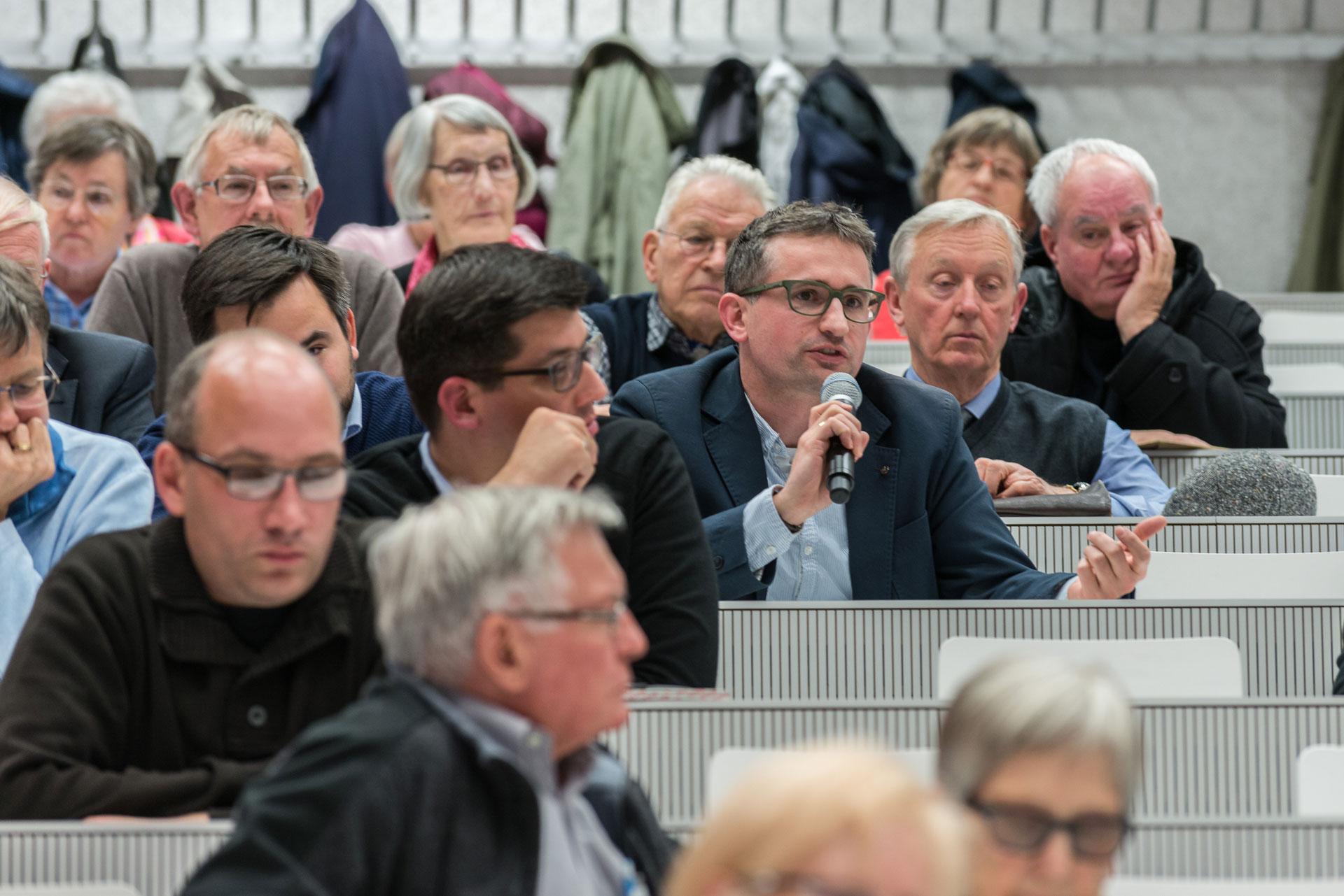 Der Vortrag von Robert Zollitsch stiess auf reges Interesse und gab zu Diskussionen Anlass. | © 2016 Roberto Conciatori