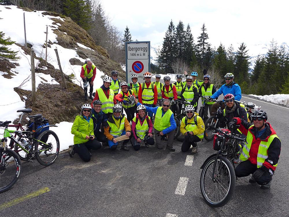Die Velowallfahrerinnen und -wallfahrer auf dem Höhepunkt ihrer Tour, der Ibergeregg. | © 2016 Dominik Thali