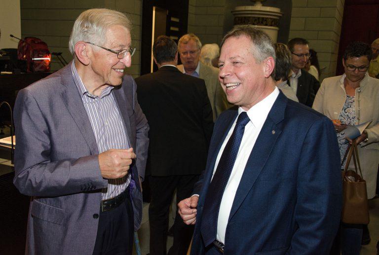 Franz Wicki (links) gratuliert dem neu gewählten Synodalrat Armin Suppiger. | © 2016 Dominik Thali