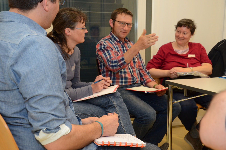 Voneinander erfahren, voneinander lernen: Teilnehmerinnen und Teilnehmer im Gespräch am Austauschtreffen zur Betreuung von Asylsuchenden in Luzern am 19. Mai. | © 2016 Dominik Thali