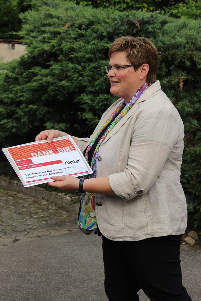 Synodalrätin Annegreth Bienz bei der Übergabe des Anerkennungspreises, zu dem auch ein Geldbetrag gehört.