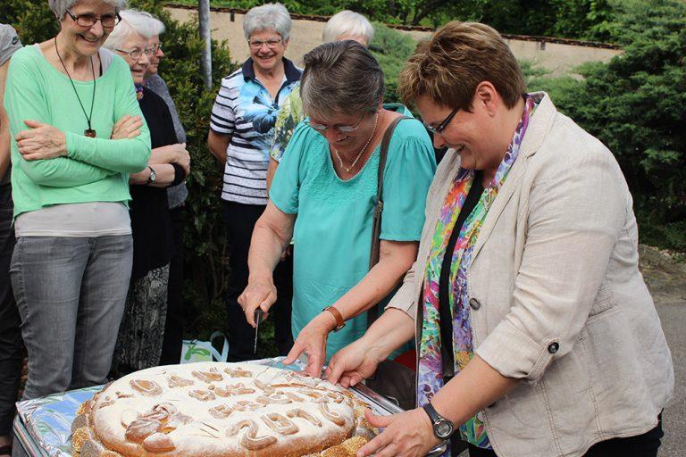 Das «Dank Dir!»-Brot wird angeschnitten.