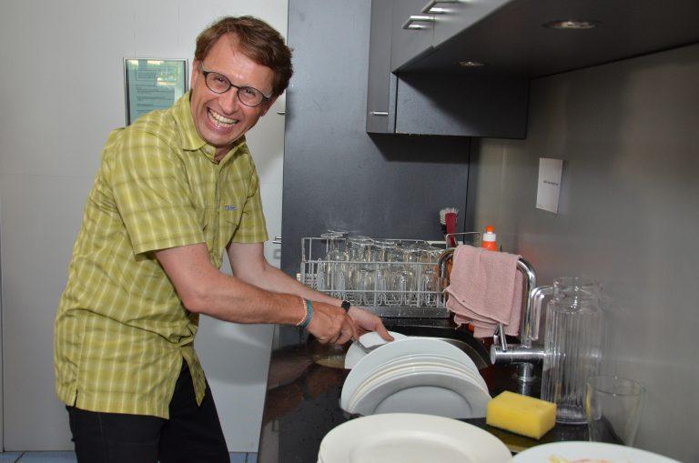 Guter Laune auch beim Abwasch: Thomas Villiger (Fachbereich Pastoral). | © 2016 Dominik Thali
