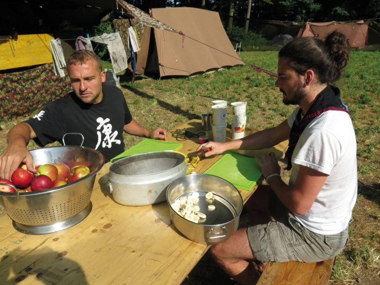 Sie sind ein eingespieltes Team: Alex Zeier (links) und Dave Blättler als Köche in einem Lager der Pfadi Reuss aus Luzern. Sie achten auf eine fair und nachhaltig produzierte Verpflegung. | ©  pd