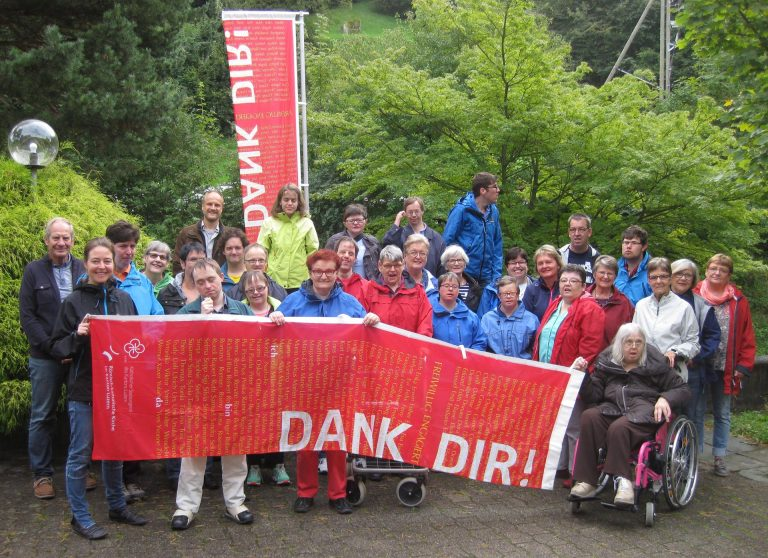 Die katholische Behindertenseelsorge Luzern organisierte mit engagierten Freiwilligen ein gelungenes Besinnungs-Weekend in Morschach. Die «Dank Dir»-Fahnen erinnern an den gleichnamigen Preis, den Begleiterinnen und Begleiter von Menschen mit einer Behinderung im Mai erhielten. | © 2016 zvg