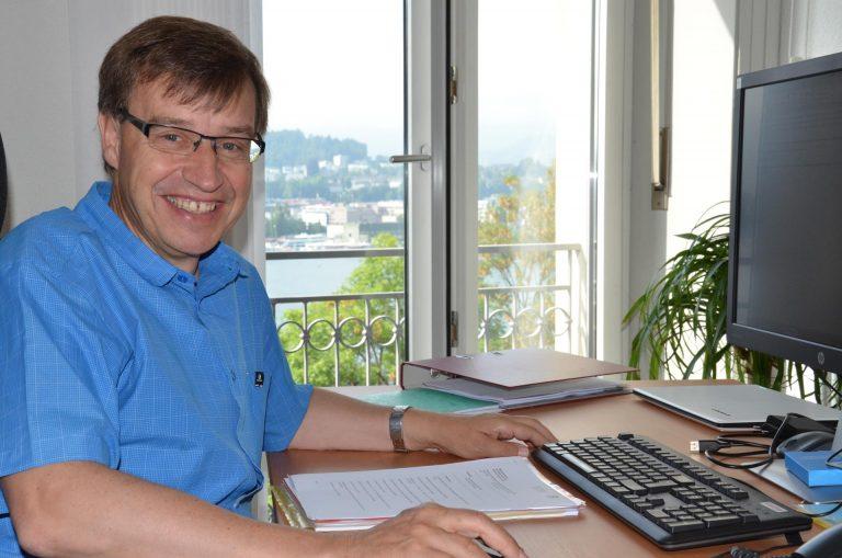 Der neue Geschäftsführer am neuen Standort der Migrantenseelsorge: Hans-Peter Bucher in seinem Büro am Abendweg 1 in Luzern.  | © 2016 Matthias Bättig