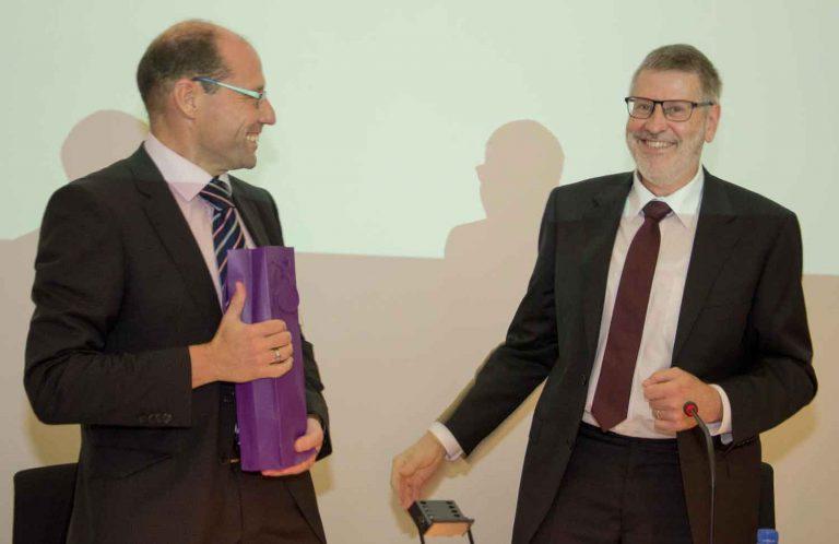 Synodepräsident Hans-Christoph Heim (Büron, rechts) gratuliert Synodalverwalter Edi Wigger (Egolzwil), der für weitere vier Jahre im Amt bestätigt wurde. | © 2016 Dominik Thali