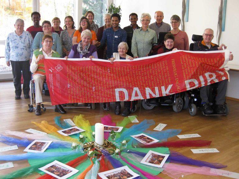 Die Teilnehmenden am Besinnungstag in Horw zeigen die Dank-dir-Fahne, welche die Begleitgruppe für Menschen mit einer Behinderung im Mai mit dem «Dank dir!»-Preis 2016 erhalten hatte. |   2016 Bruno Hübscher