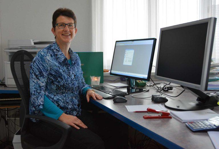 Helen Aregger ist seit 2002 Kirchmeierin in Rain. Dank der neuen Cloud-Lösung hat sie von überall her Zugriff auf die Daten der Kirchgemeinde. | © 2016  Margrit Leisibach Hausheer