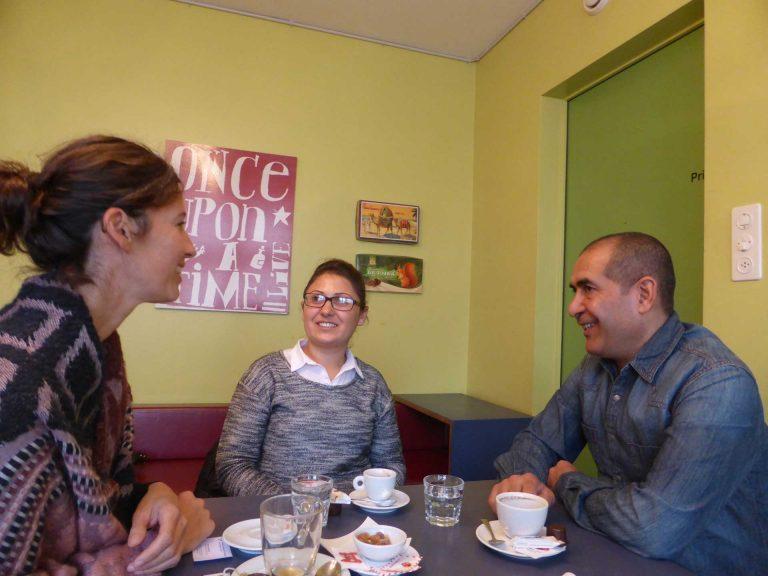 Dank der Kinder in der gleichen Klasse lernten sie sich kennen: Belal (rechts) und Wafaa Selou (Mitte) im Gespräch mit Christina Rölli. | © 2016 Andreas Wissmiller