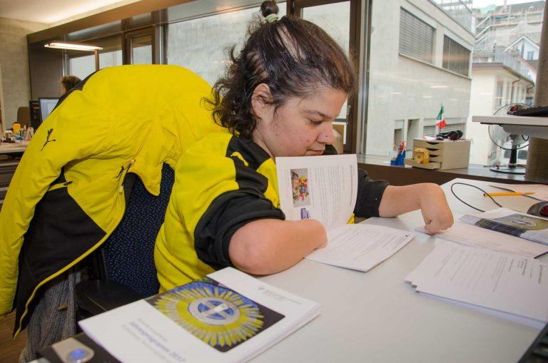 Eine Mitarbeiterin beim Versand der Jahresprogramme der Behindertenseelsorge im «Contenti» in Luzern. | © 21. Nov. 2016. Dominik Thali