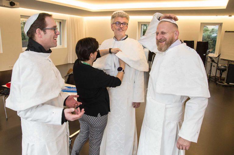 Bei der Anprobe der päpstlichen Soutanen mit Schneiderin Valeria Hess (von links): Urban Schwegler, Herbert Gut und Franz Zemp. | © 2017 Dominik Thali