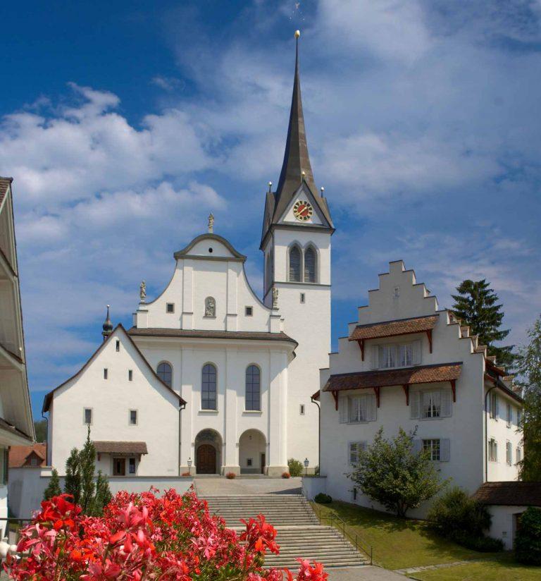 Der Kirchenbezirk Hochdorf mit der Pfarrkirche St. Martin, der Marienkapelle (links) und dem Pfarrhaus. Die drei Gebäude gehören kirchlichen Stiftungen und werden nun der Kirchgemeinde übertragen.   © 2006 Kirchenführer Hochdorf
