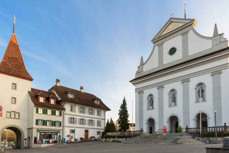 Zum Beispiel Sempach: Der Pfarrkirchenstiftung gehört die Kirche, der Kaplaneipfrundstiftung das  Gebäude links davon mit den grauen Läden – 2 von 191 Stiftungen, die nun bereinigt werden. | ® 2017  Gregor Gander