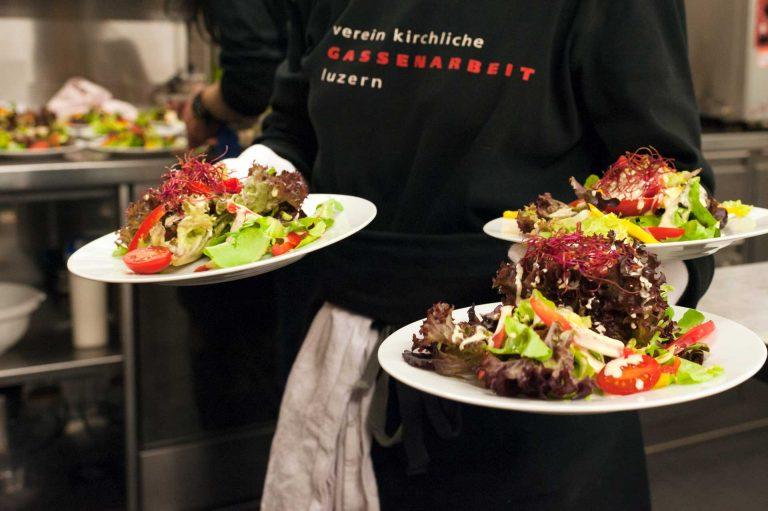 Gut bedient - zum Beispiel von der «Gassechuchi». Deren Catering-Angebot «öffentlich-genüsslich» ist gefragt. | © 2017 Verein Kirchliche Gassenarbeit / Jutta Vogel