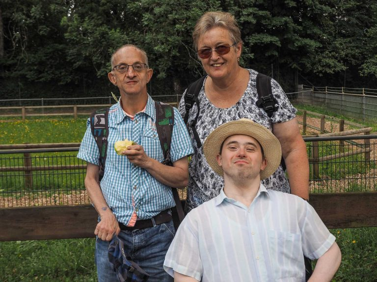 Käthy Wirz mit zwei Gästen im Ferien- und Besinnungskurs für Menschen mit einer geistigen Behinderung in Delsberg 2015. | © 2015 Gregor  Gander